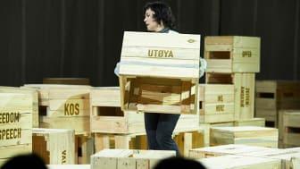 Scenografien i Ein av oss er eit installasjonskunstverk av Lars Ramberg og skal symbolisere demokratiet. Publikum må vere med på å bygge det. Foto: Siren Høyland Sæter.