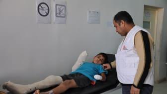 En pojke som trampat på en mina undersöks av en sjuksköterska från Läkare Utan Gränser på shukhuset i Kobane, Syrien. Foto: Jamal Bali / Läkare Utan Gränser