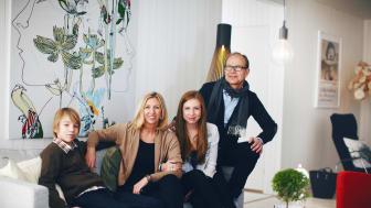 Familjen Lindell i vardagsrummet