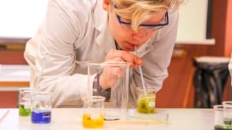 Genom att blåsa ner koldioxid i vattnet ändras pH-värdet, och även färgen.
