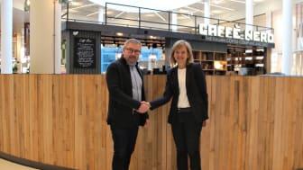 Fredrik Arvidsson, teknisk chef på Väla, och Karin Jarl Månsson, chef för Siemens Smart Infrastructure i Norden, är överens om att bygga ett virtuellt kraftverk av Välas energiresurser. Det virtuella kraftverket blir det första i sit slag i Sverige.
