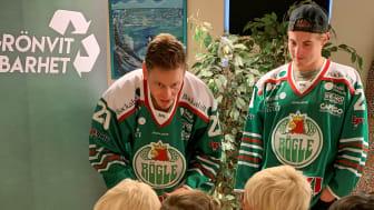 Röglespelarna Hampus Gustafsson och Nils Höglander besöker en förskola i Ängelholm.