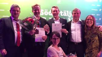 Vinnarna i Årets byggnadsverk och Årets renovering tillsammans med Håkan Buller, stadsbyggnadsnämndens ordförande, och Sofia Jonsson från Södertälje Byggmästareförening. Foto: Jessica Söderström.