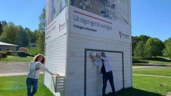 Med på bild från vänster:  Lena Fakt, projektchef och Thomas Pettersson, säljare, Riksbyggen.