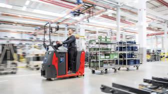 Linde Material Handling lanserar nya dragtruckar som effektiviserar materialförsörjningen