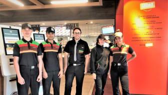 Daglig leder Mads Billkvam hos Burger King Sørlandsparken liker å jobbe ute i restaurantene sammen med ungdommene i sommerjobb.