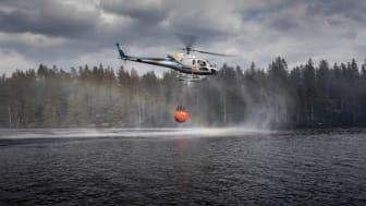 MSB:s helikoptrar stöttar räddningstjänsten vid skogsbrand i Arboga