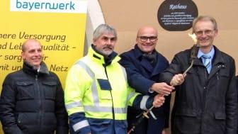 Erste Flamme: Im Zuge des Breitbandausbaus und der Sanierung der Ortsdurchfahrtsstraße ist in Schwarzhofen im oberpfälzer Landkreis Schwandorf eine neue Erdgasleitung in Betrieb genommen worden.