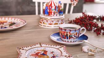Liebevoll illustriert: Künstlerin Renáta Fučíková stellt das Thema Weihnachtsmarkt in den Mittelpunkt der neuen Hutschenreuther Sammelkollektion 2019.