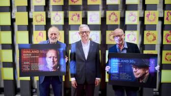 Halvdan Sivertsen (til venstre) og Jonas Fjeld er meget godt fornøyd med å komme på frimerker. I midten frimerkedirektør Halvor Fasting. Foto: Ole Martin Wold
