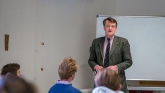 Hubertus von Klinggräff vermittelt den Schülern der 11. Klassen das Rüstzeug für den beruflichen Einstieg.