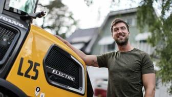 Emil Nevermann, tredje generationen i familjeföretaget, ser fram emot att ha med nya L25 Electric på kommande trädgårdsprojekt.