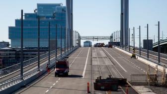 Nu pågår de sista förberedelserna inför trafiköppningen av Hisingsbron. Den 9 maj öppnas bron för gående, cyklister, bilar och bussar, samtidigt som byggnationen fortsätter. Foto: Per Sundström