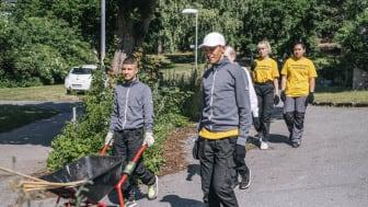 Föreningen Samverkan i Huddinge har nominerats till priset Årets trygghetsskapare. En av föreningens satsningar är Unga för orten, som sysselsätter cirka 200 ungdomar runt om i Huddinge under sommaren. Foto: Ola Jacobsen
