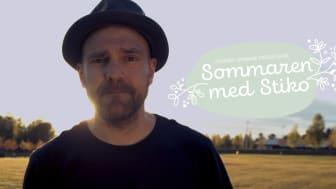 """Stiko Per Larsson gör filmserien """"Sommaren med Stiko"""" tillsammans med Leksands Sparbank."""