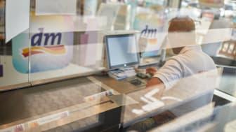 Der Handel hat schnell reagiert, um aufwendige und längerfristig geeignete Schutzmaßnahmen für die Kunden und Mitarbeiter umzusetzen.