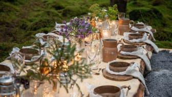 Den svenska naturen bjuder på många råvaror till gourmetmåltider, och utländska turister har kunnat laga sin egen måltid vid något av de 13 bord som stått på vackra platser i Sverige under året. Foto: August Dellert