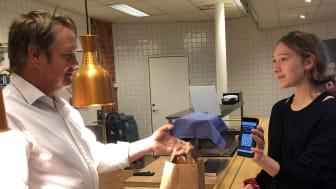 Mats Pettersson (Sodexo) lämnar ut lunchkasse till eleven Ebba Thurezon