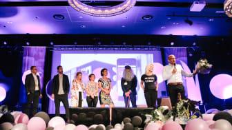 Björn Lindblad, vd Mio, tar emot priset på Jetshop Awards