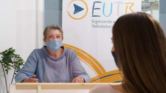 Unter Einhaltung von einigen Hygieneregeln bietet die EUTB-Beratungsstelle auch wieder kostenlose Termine vor Ort in der Bahnhofstraße in Treysa an. Hier im Bild Mitarbeiterin Manuela Wolf im Beratungsgespräch.