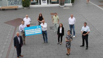 Spendenübergabe in Erftstadt: Deutsche Glasfaser übergibt Scheck über 3.000 Euro, mit denen Fördervereine Digitalisierung vorantreiben werden.