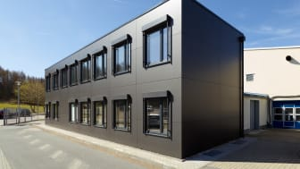 Das moderne Bürogebäude von B. Braun Avitum Saxonia erfüllt hohe Ansprüche hinsichtlich Nachhaltigkeit und Brandschutz.