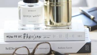 Glasögonhittaren fästs diskret på insidan av glasögonens skalm