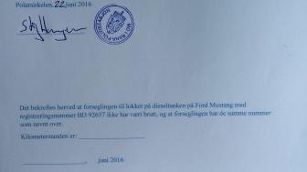 Knut og Henrik satte verdensrekord med sportsbilikonet Ford Mustang. Politiet bevitner at tanken er forseglet.