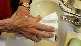 """""""Vi har fortsat massivt fokus på håndhygiejne, afspritning og holder øje med eventuelle sygdomstegn hos resten af medarbejderne og borgeren på Bøgeskovhus."""" Fortæller centerchef Jesper Westphal"""