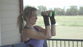 Thérèse Humphrey tem artrite reumatóide, mas continua a fazer exercício físico, apesar dos danos permanentes nas articulações.