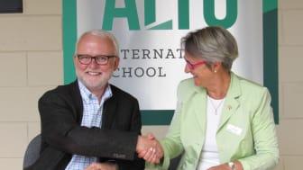 Michael Chapman, Schulleiter der Alto International School und Catherine Donovan, Director of International Affairs in Louisenlund, unterzeichnen die gemeinsame Kooperation. (Foto: Alto School, Claudia Weber)