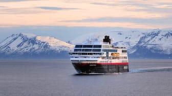 På grunn av strenge reiserestriksjoner, må Hurtigruten forlenge sin midlertidige driftsstans med seks uker. Unntaket er den spesialtilpassede ruten med to skip mellom Bodø og Kirkenes. Foto: Hurtigruten