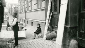 En familj i Olskroken packar sitt flyttlass efter att de blivit vräkta p.g.a. den hungerstrejk som många familjer deltog i under 1929. De strejkade för att hyrorna var för höga i förhållande till lägenheternas standard.
