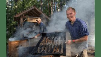 VINNER: Den tradisjonsrike fiskerøykingen på Prestøya vant nylig en avstemning over de mest populære aktivitetene under De nordiske jakt- og fiskedagene. Fiskerøykerne er Håkon Grindal (t.v.) og Erik Burud. Foto: Bård Løken/Anno