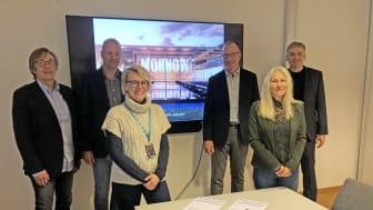 Signering av avtale mellom Norconsult (t.h.) og Arendal kommune (t.v) knyttet til etablering av ny batterifabrikk i Arendal. (Foto: Arendal kommune/ Norconsult)
