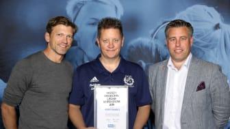 Robert Freiholtz, Vallens IF, tar emot Woody Ungdomsledarstipendiet. Här tillsammans med Jesper Blomqvist och Mikael Tykesson.