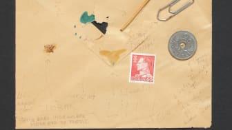 """På auktionen kan man bl.a. byde med på et brev, som ifølge Dan Turèll selv """"indeholder mere end de fleste"""" – bl.a. en papirklips og en LSD-kapsel."""