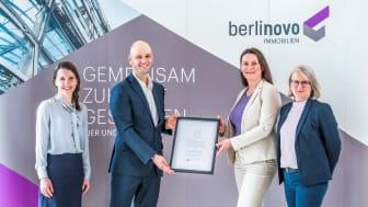 Constanze Dühring och Ute Rüße, Berlinovo(till höger i bilden) tar emot priset Egain Sustainable City Award. Tillämpliga lokala Corona-restriktioner antogs när fotot togs.