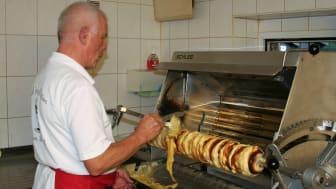 Baumkuchen Schaubacken wird bei Rainer Weißbach in Schwarzenberg gezeigt