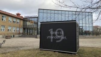 Kuben om Rätten till yttrandefrihet står vid Österåkers gymnasium i Åkersberga. Foto: Österåkers kommun