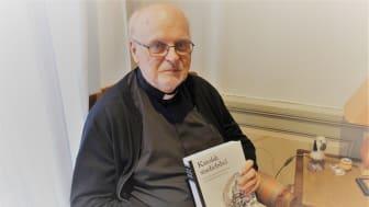 Kardinal Arborelius med katolsk studiebibel