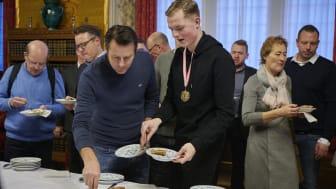 Rådhuspandekager, træner Søren Søgaard og vvs-energispecialist Lucas Barkow