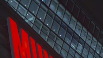 Det nye MUNCH-skiltet lyste rødt for anledningen da lyset ble tent fredag 4.desember. Foto: Munchmuseet