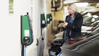 Nytt pilotprojekt ger personer med boendeparkering möjlighet att ladda sin bil på utvalda parkeringar hos Parkering Göteborg.