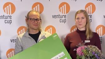 Thomas och Josefin från Reselo tog emot dubbelt upp av blommor, diplom och check i Öst regionens greenroom under Sverigefinalen.