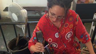 Nina Nørgaard er uddannet i Kosta - midt i de svenske skove, hvor stolte traditioner for at producere glas stadig holdes i hævd, men hun er i dag bosat på en husbåd i København.
