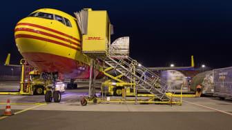 Det gavner hele verden, at vi handler med hinanden på tværs af landegrænser. Her ses et DHL-fly blive tømt for sin last, hvorefter det bliver lastet med helt andre pakker til andre dele af verden.