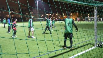 Deltagarna i Erikshjälpens verksamhet Football For All får nu utbildning om det nya coronaviruset.