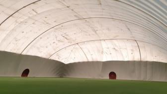 Förutom den smutsiga utsidan är fotbollshallen och konstgräsplanen i mycket bra skick. Foto: Per Lenndin