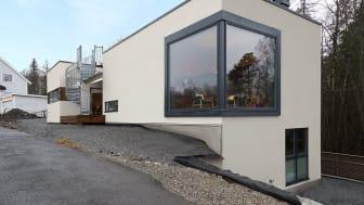 Eierne Line Sandnes og Bjørn Olav Smørgrav får mer tid til å nyte utsikten fra dette stuevinduet, når fasaden kun krever spyling. Foto: Henning Photo